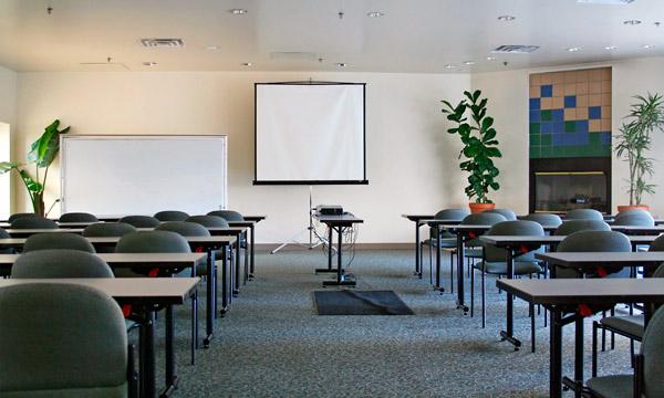 Sala szkoleniowa z projektorem i ekranem projekcyjnym